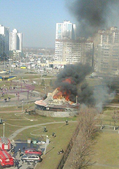На Троещине горит ресторан (ФОТО, ВИДЕО) (фото) - фото 1