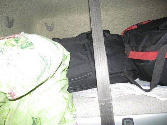 На КПП «Бенякони» задержали водителя фуры, который пытался перевезти в сумках одежду на 18 млн. рублей (фото) - фото 2