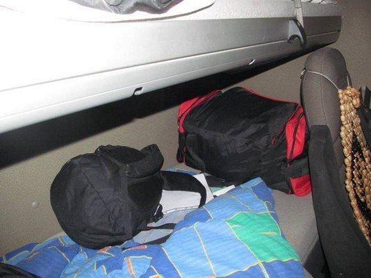 На КПП «Бенякони» задержали водителя фуры, который пытался перевезти в сумках одежду на 18 млн. рублей (фото) - фото 1