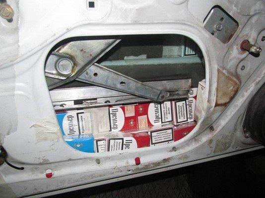 На КПП «Бенякони» задержали водителя фуры, который пытался перевезти в сумках одежду на 18 млн. рублей (фото) - фото 4