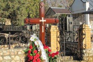 СМИ: Янукович-старший простился с сыном на военном кладбище в Севастополе (+ВИДЕОСЮЖЕТ) (фото) - фото 1