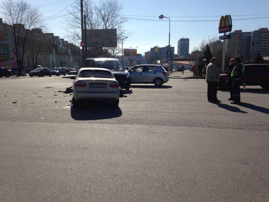 В Днепропетровске произошло ДТП, в котором пострадало три машины (ФОТО) (фото) - фото 1