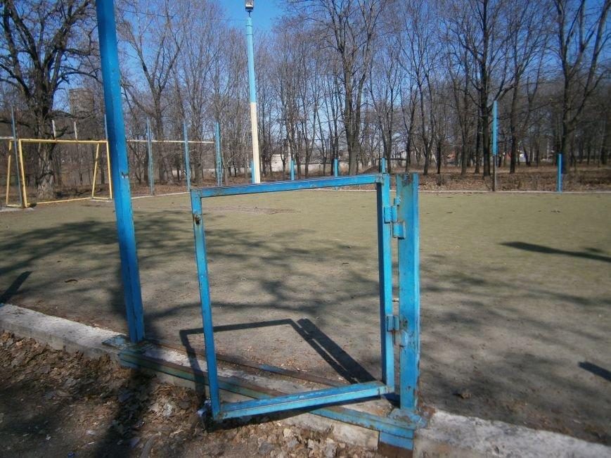 Юные футболисты Димитрова остались без спортивной площадки (ФОТОРЕПОРТАЖ) (фото) - фото 8