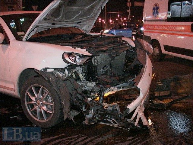 В Киеве на перекрестке не разминулись Porsche Cayenne и Saab (ФОТО) (фото) - фото 1