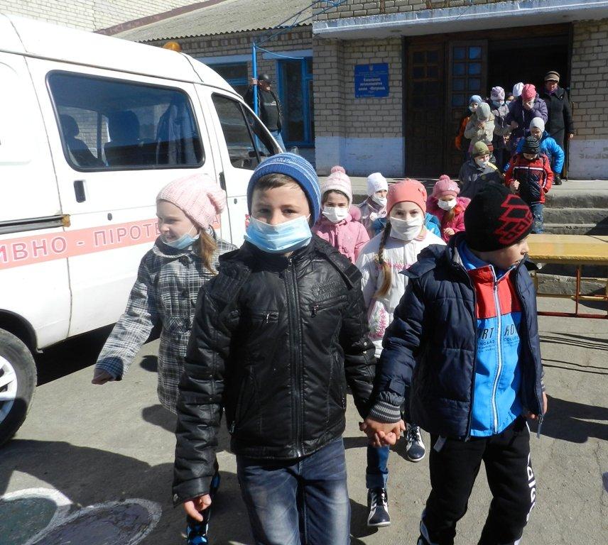 Спасатели провели широкомасштабный День гражданской защиты в сельской школе Белозерского района (фото) (фото) - фото 4