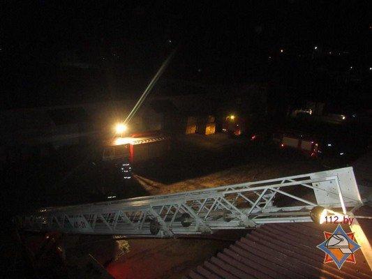В Гродно на Скидельском шоссе загорелся склад со стройматериалами (фото) - фото 1