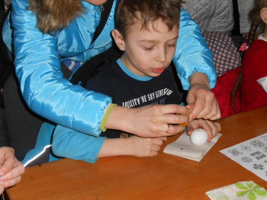 В историческом музее Днепродзержинска провели мастер-класс по росписи писанок (фото) - фото 2