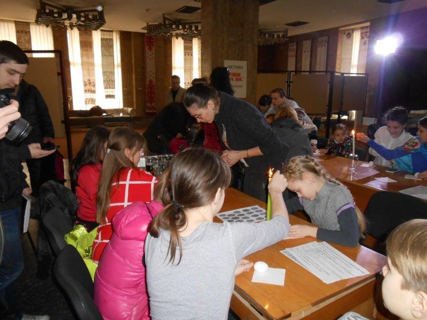 В историческом музее Днепродзержинска провели мастер-класс по росписи писанок (фото) - фото 4