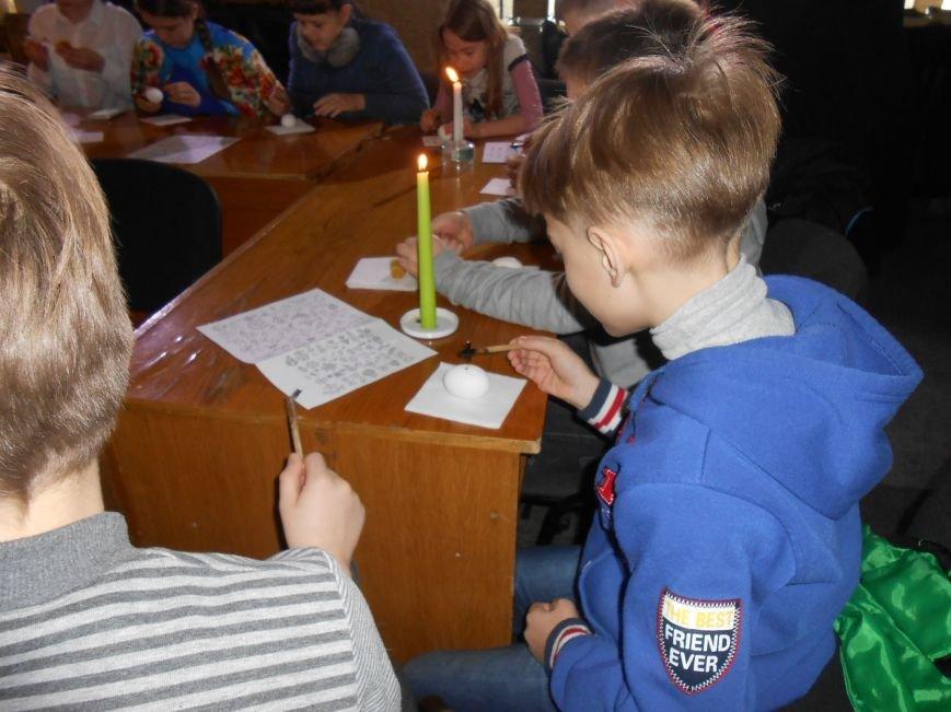В историческом музее Днепродзержинска провели мастер-класс по росписи писанок (фото) - фото 1