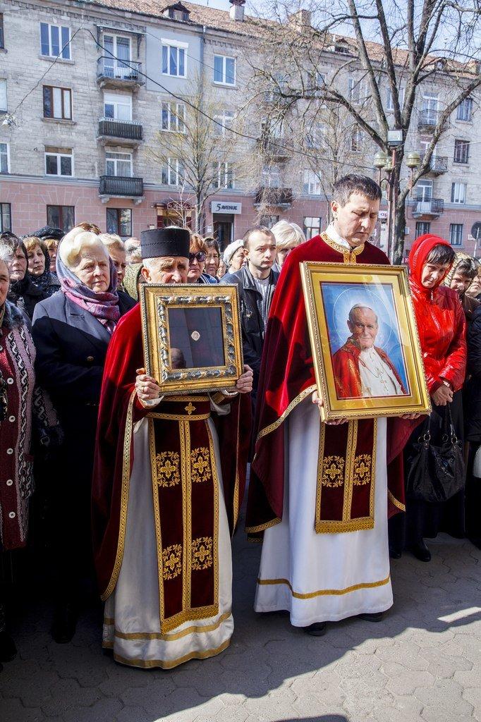 Сотні тернополян зустріли мощі Папи Римського Івана Павла ІІ (фото) (фото) - фото 1