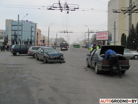 Возле «Радиоволны» серьезное ДТП: микроавтобус пробил ограждение, а легковушка вылетела на перекресток (фото) - фото 6