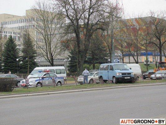 Возле «Радиоволны» серьезное ДТП: микроавтобус пробил ограждение, а легковушка вылетела на перекресток (фото) - фото 2