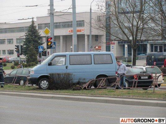 Возле «Радиоволны» серьезное ДТП: микроавтобус пробил ограждение, а легковушка вылетела на перекресток (фото) - фото 3