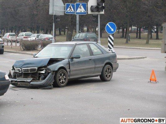 Возле «Радиоволны» серьезное ДТП: микроавтобус пробил ограждение, а легковушка вылетела на перекресток (фото) - фото 7