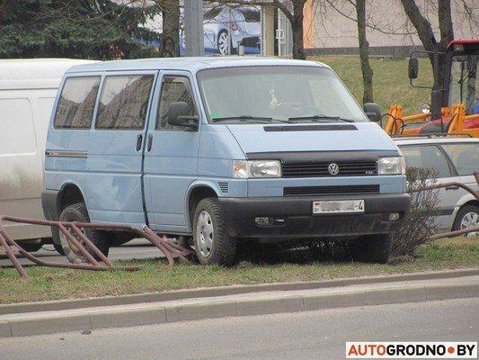 Возле «Радиоволны» серьезное ДТП: микроавтобус пробил ограждение, а легковушка вылетела на перекресток (фото) - фото 4