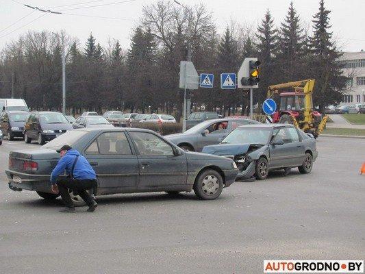 Возле «Радиоволны» серьезное ДТП: микроавтобус пробил ограждение, а легковушка вылетела на перекресток (фото) - фото 1