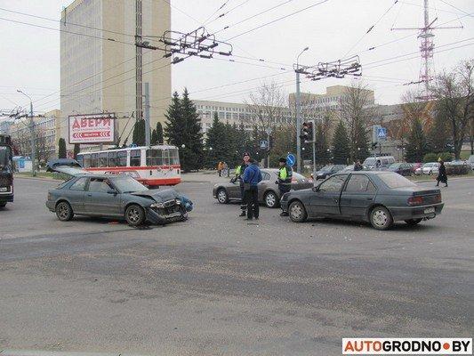 Возле «Радиоволны» серьезное ДТП: микроавтобус пробил ограждение, а легковушка вылетела на перекресток (фото) - фото 5