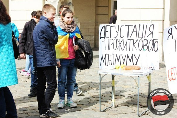 Львівські активісти влаштували дегустацію «смаколиків», які можна придбати за прожитковий мінімум (ФОТО) (фото) - фото 3