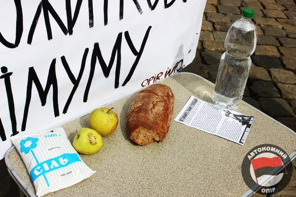 Львівські активісти влаштували дегустацію «смаколиків», які можна придбати за прожитковий мінімум (ФОТО) (фото) - фото 1