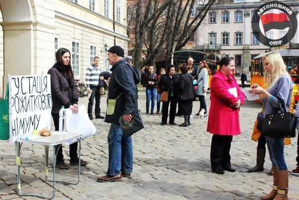 Львівські активісти влаштували дегустацію «смаколиків», які можна придбати за прожитковий мінімум (ФОТО) (фото) - фото 2