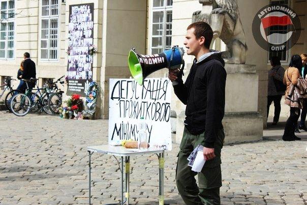 Львівські активісти влаштували дегустацію «смаколиків», які можна придбати за прожитковий мінімум (ФОТО) (фото) - фото 4