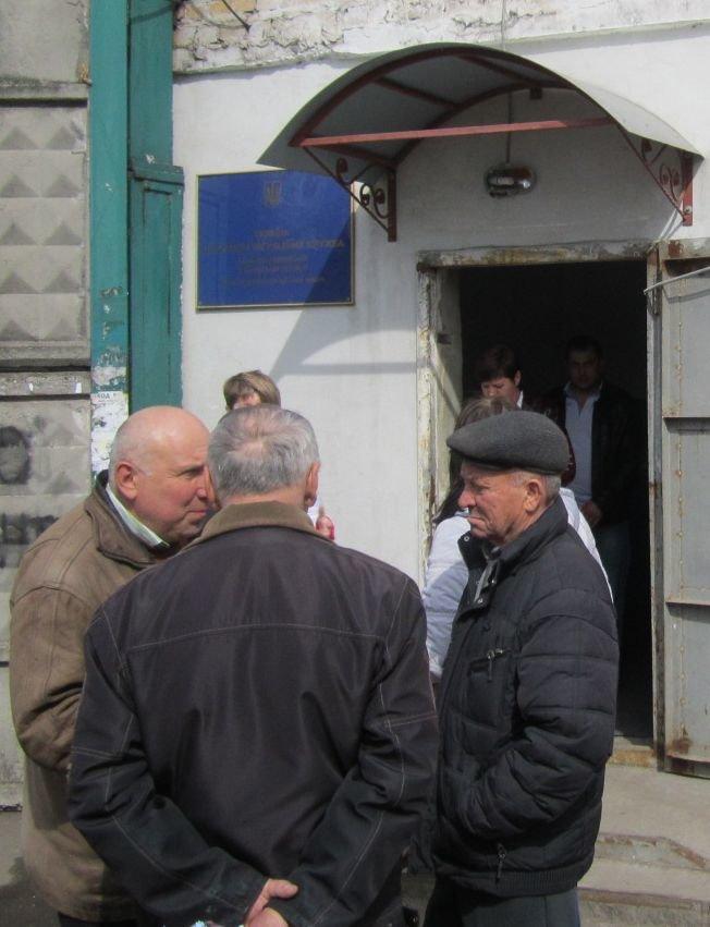 Переселенцы в Красноармейске давятся в очередях: «Эти штампы нас в гроб загонят!» (ФОТО), фото-2