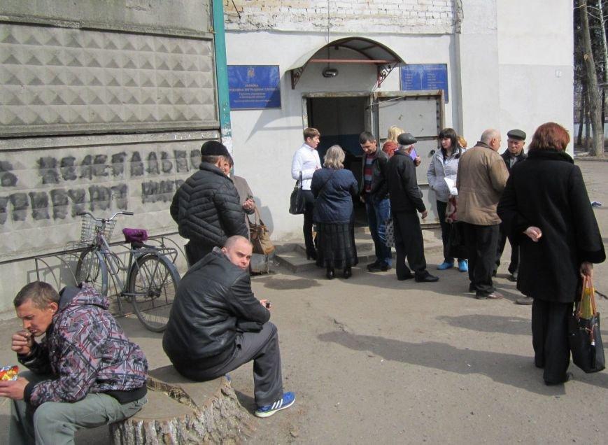 Переселенцы в Красноармейске давятся в очередях: «Эти штампы нас в гроб загонят!» (ФОТО), фото-1