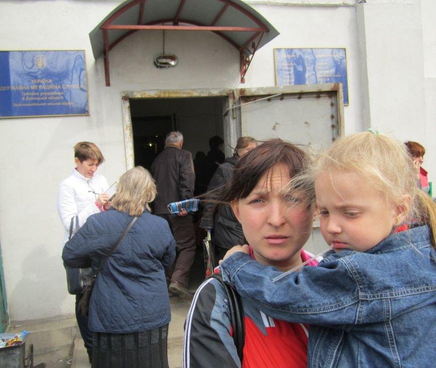 Переселенцы в Красноармейске давятся в очередях: «Эти штампы нас в гроб загонят!» (ФОТО), фото-5