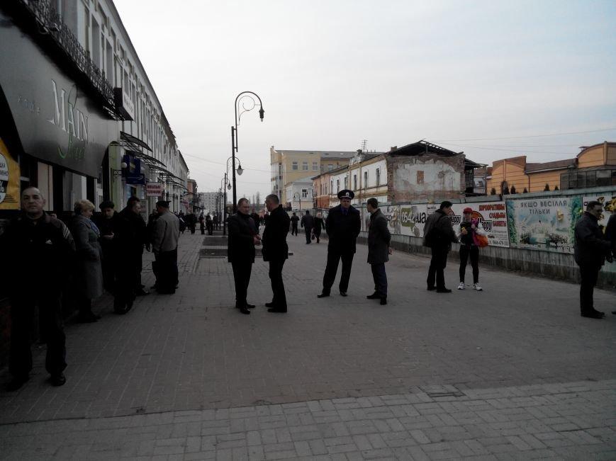 В Сумах страсти вокруг Спасо-Преображенского собора: одни устроили флешмоб, вторые вышли на его защиту (ФОТО) (фото) - фото 1