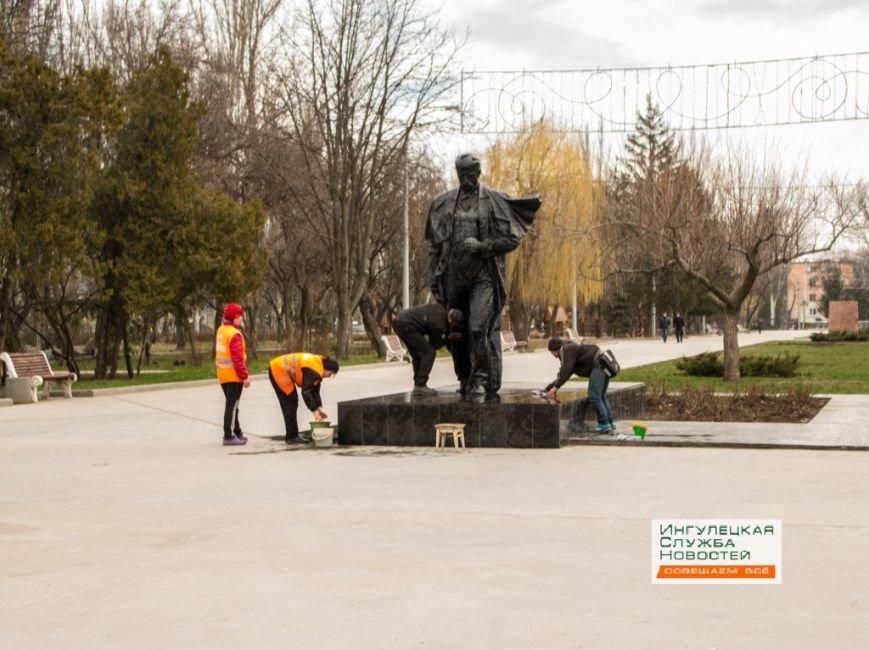 В Кривом Роге неизвестные облили краской памятник Тарасу Шевченко (ФОТО) (фото) - фото 1