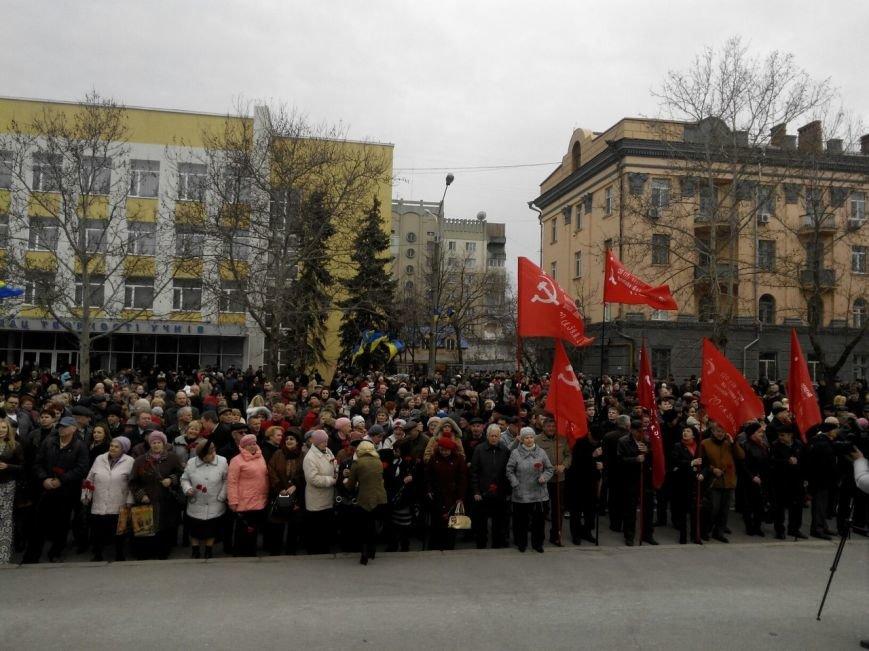 В Николаеве под памятник Ольшанцам вышли и коммунисты, и «майдановцы» (ФОТО) (фото) - фото 1