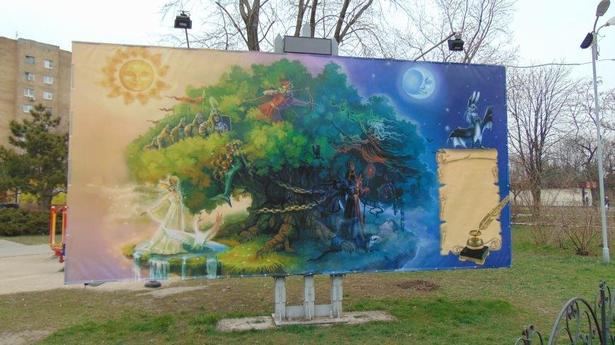 В Мариуполе появился дуб с золотой цепью, в кроне коорого разгуливают богатыри (ФОТОФАКТ) (фото) - фото 1