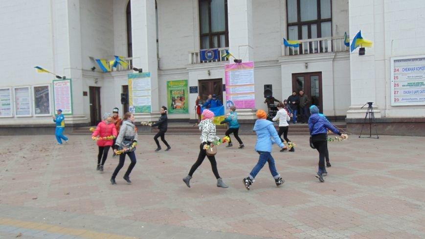 Мариупольцы устроили патриотические танцы, не побоявшись штормового ветра (ФОТО) (фото) - фото 3