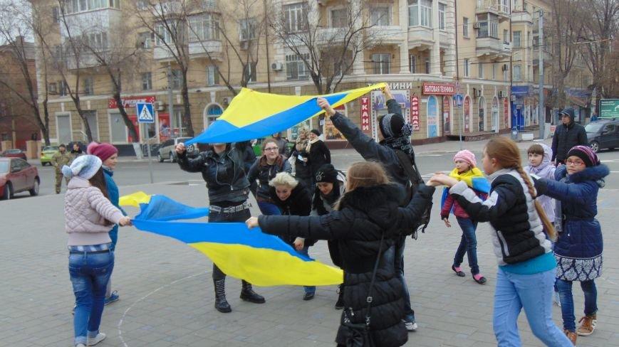 Мариупольцы устроили патриотические танцы, не побоявшись штормовых ветров (ФОТО) (фото) - фото 1