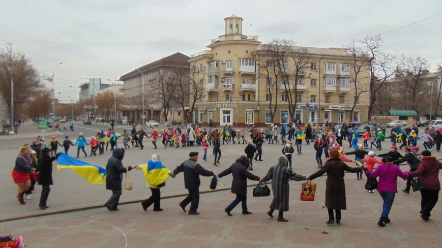 Мариупольцы устроили патриотические танцы, не побоявшись штормового ветра (ФОТО) (фото) - фото 4