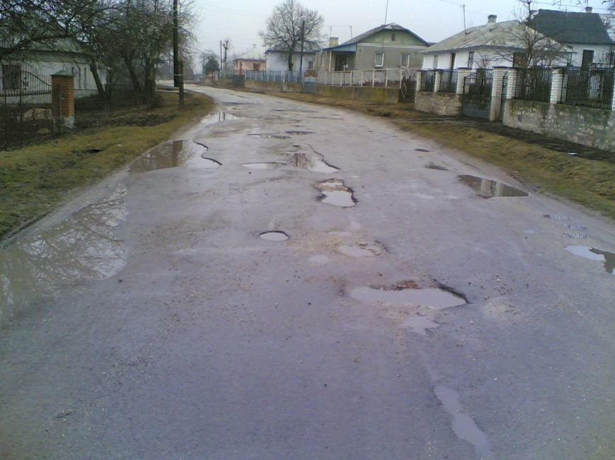 «Коли падає дощ, можна втопитися» - жителі Тернопільщини про ями на дорогах (фото) (фото) - фото 1