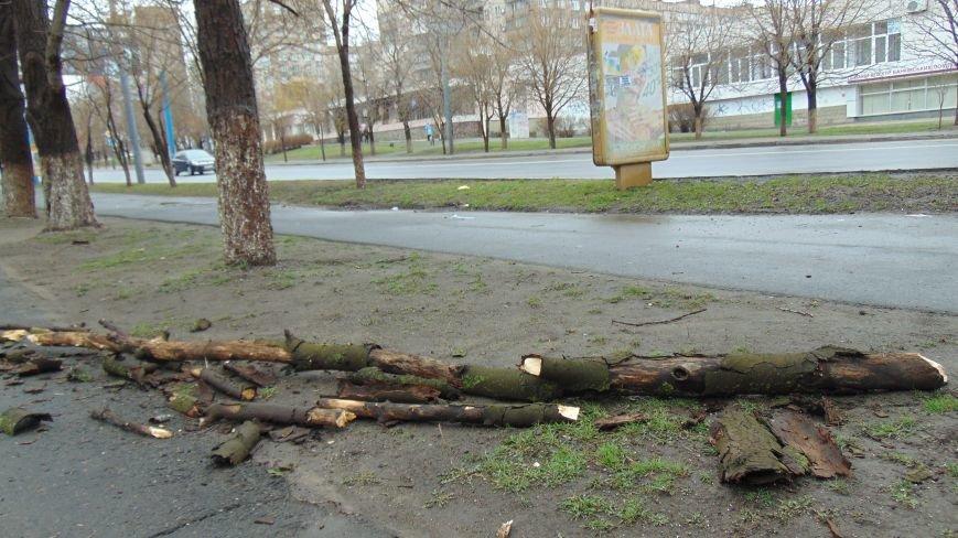 Штормовой ветер побуянил в Мариуполе (ФОТОФАКТ) (фото) - фото 1