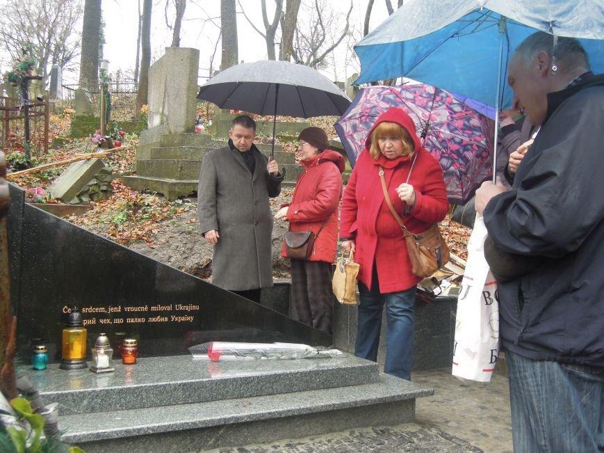 У Львові чеська громада вшанувала пам'ять Томаша Хохолоушка, який похований на Личаківському цвинтарі (ФОТОРЕПОРТАЖ) (фото) - фото 2