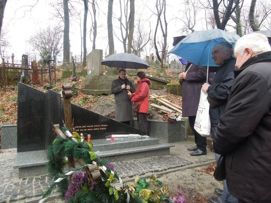 У Львові чеська громада вшанувала пам'ять Томаша Хохолоушка, який похований на Личаківському цвинтарі (ФОТОРЕПОРТАЖ) (фото) - фото 1