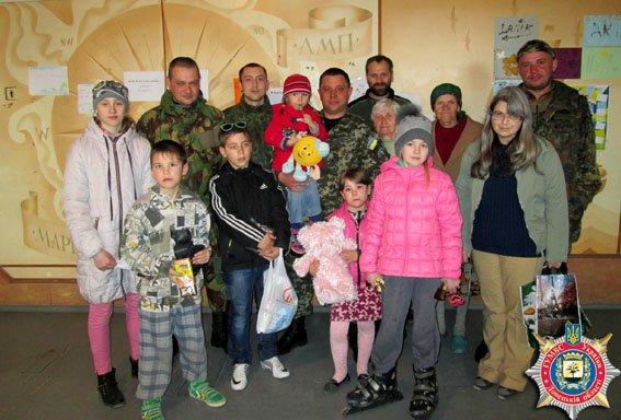 Львівські правоохоронці привезли маріупольським дітям солодощі (ФОТО) (фото) - фото 1