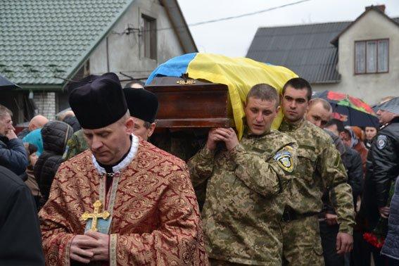 Зі сльозами на очах тисячі людей провели в останню дорогу Ігора Лехмінка, який загинув на фронті (ФОТОРЕПОРТАЖ) (фото) - фото 1