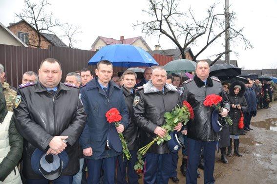 Зі сльозами на очах тисячі людей провели в останню дорогу Ігора Лехмінка, який загинув на фронті (ФОТОРЕПОРТАЖ) (фото) - фото 3