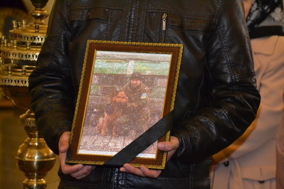 Зі сльозами на очах тисячі людей провели в останню дорогу Ігора Лехмінка, який загинув на фронті (ФОТОРЕПОРТАЖ) (фото) - фото 2