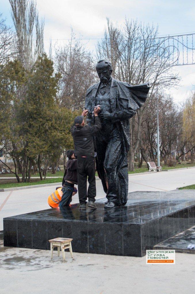 В Кривом Роге: облили краской памятник Шевченко, уволены гаишники, «убегавшие» от авктивиста, в траншею упал ребенок (фото) - фото 1