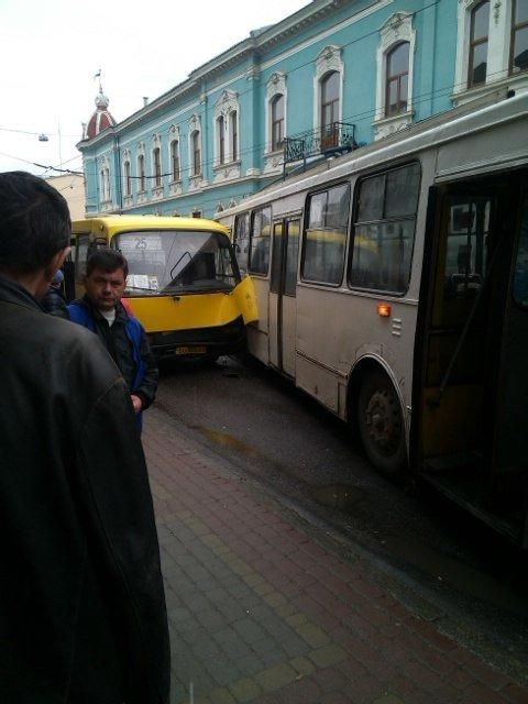 Аварія за участю тролейбуса та маршрутки сталася у Тернополі (фото) (фото) - фото 1