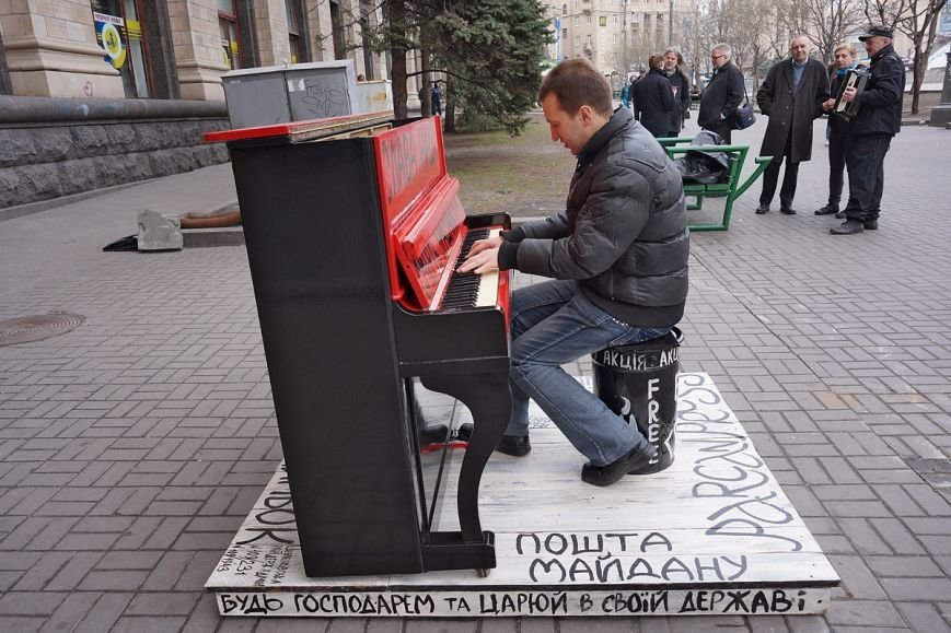 Легендарное пианино с Майдана отправили в музей Павла Тычины (ФОТО) (фото) - фото 1