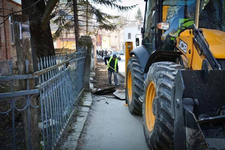 У Тернополі на вул. Гоголя почали ремонтувати тротуар (фото) (фото) - фото 1