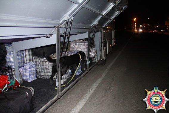 На выезде из Мариуполя обнаружили автобус, нелегально перевозивший украинцев за границу (ФОТО) (фото) - фото 1