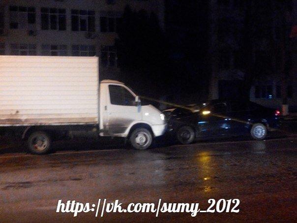 В Сумах водитель «ГАЗели» выехал на «встречку» и лоб в лоб врезался в легковик (ФОТО) (фото) - фото 1