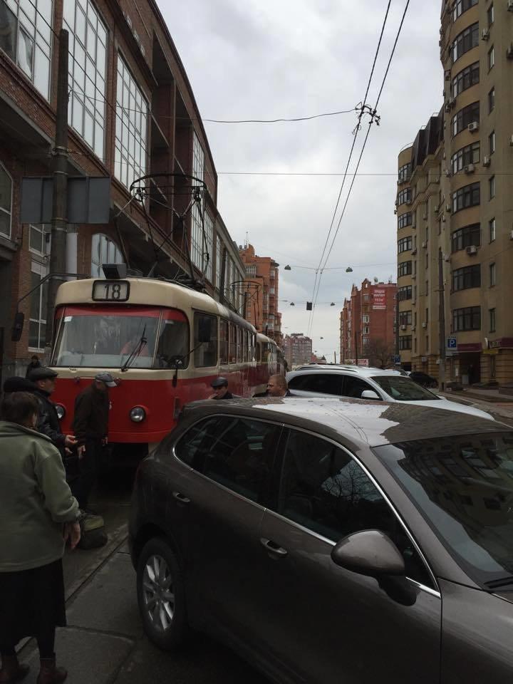 В Киеве Porsche на рельсах устроил затор из трамваев (ФОТО) (фото) - фото 1